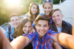 teenagers do selfie